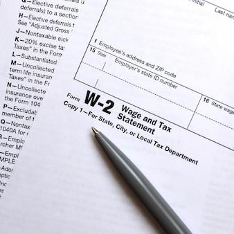 De pen ligt op het belastingformulier w-2 loon- en belastingoverzicht.