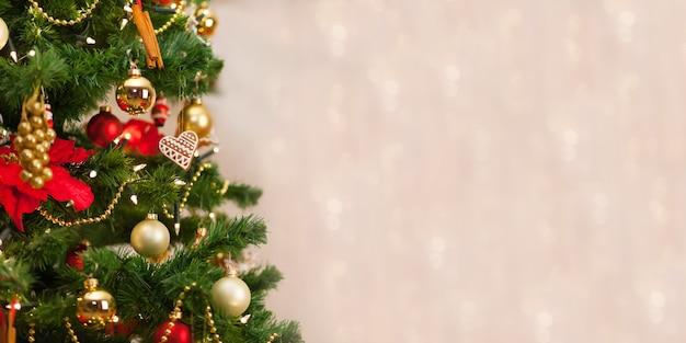 De peperkoekdecoratie van kerstmis op een kerstmisboom. achtergrond van de-gerichte lichten. kerstdecoratie op kerstboom. kerstvakantie. kopieer ruimte