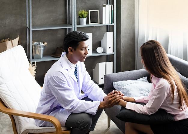 De phychiatrist moedigt de patiënt aan door te praten en handen vast te houden