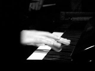 De pianoman, vingers, spelen