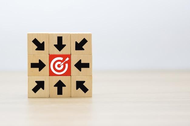 De pijlafbeelding wijst naar het doel op een houten blok.