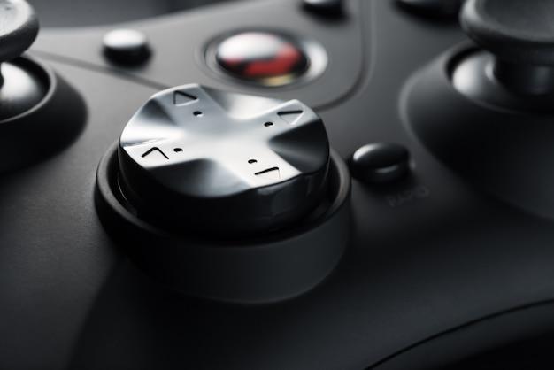De pijlknoppen van een zwarte spelbesturing. spel ontwikkeling. retro videospelletjes. spelcomputers.
