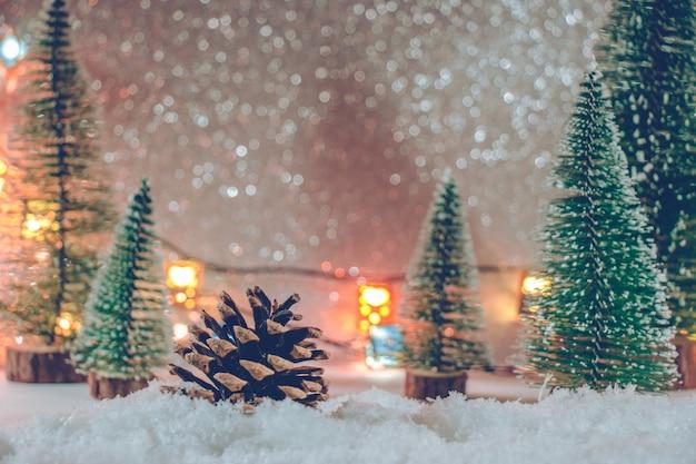 De pijnboom eiken kerstboom in stapel van sneeuw schittert achtergrond.