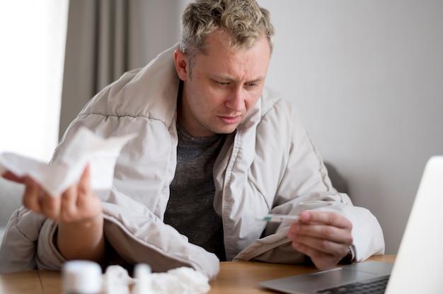 De pillen van de mensenholding en het zitten van het bureau vooraanzicht