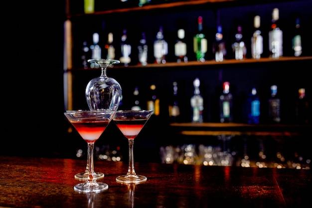 De piramide van cocktails op de bar op een wazig van het restaurant.