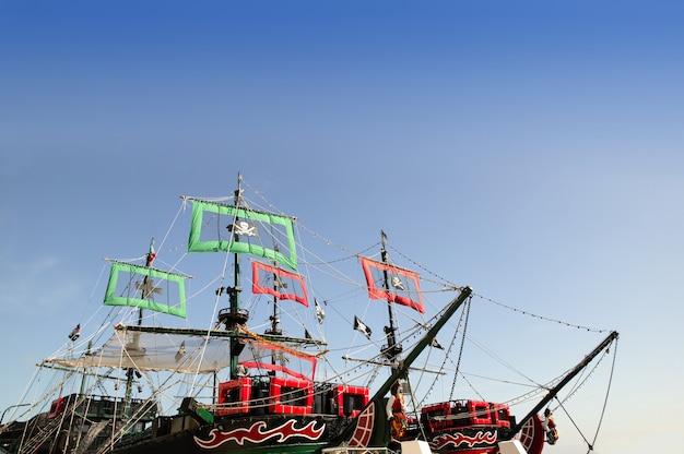 De piratenboten snijden beeld met blauwe hemel over