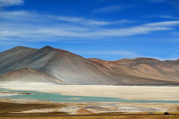 De pittoreske salar de talar met berg. cerro medano op achtergrond, chili