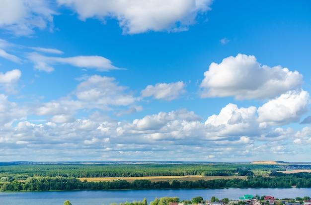 De pittoreske svisloch-rivier mondt uit in het drozdy-stuwmeer in minsk.