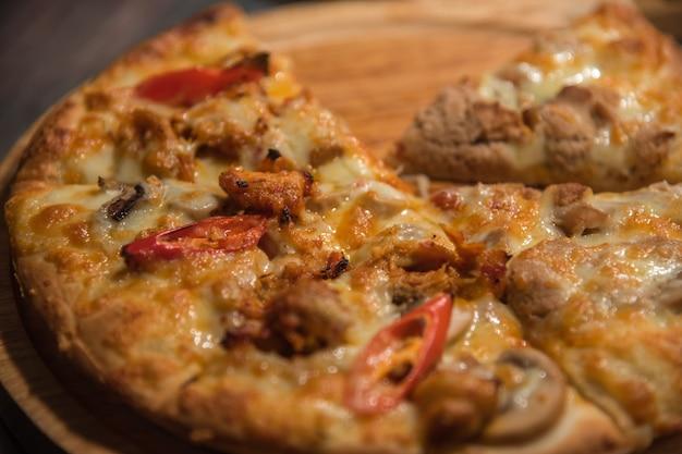De pizza is een italiaans die voedsel op houten cirkelraad wordt gediend