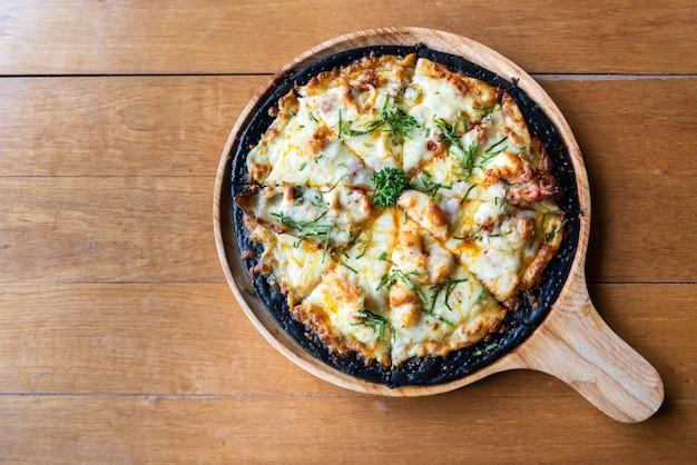 De pizza van zeevruchtenchaco op houten lijst