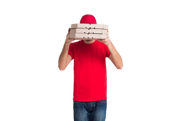 De pizzajongen die van de levering zijn gezicht behandelt met dozen middelgroot schot