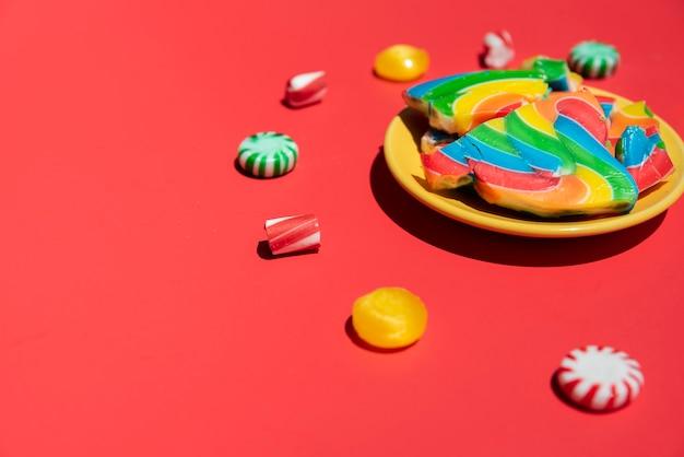 De plaat van de de snoepjes surrond lolly van de close-up