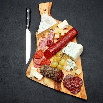 De plaat van de koud vleeskaas met salamiworst en kaas