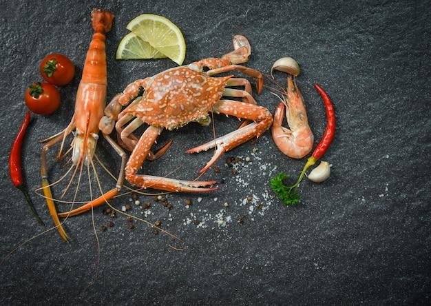 De plaat van schaaldierenzeevruchten met garnalen van de de krab het oceaan gastronomische diner van garnalengarnalen gekookt