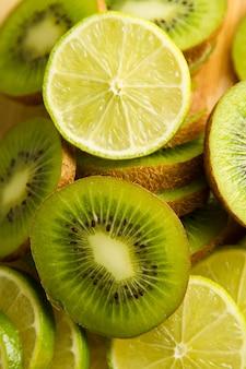 De plakken van de citroen en van de kiwi sluiten omhoog