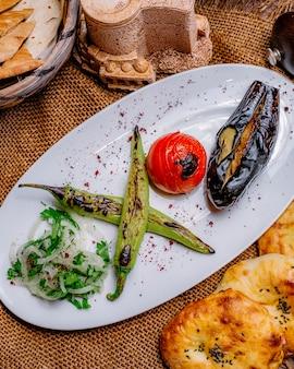 De plantaardige ui van de de pepertomaat van de kebabaubergine maakt brood zijaanzicht groen