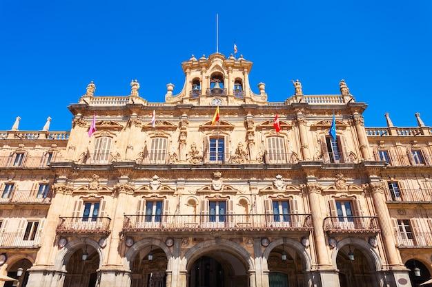 De plaza mayor of het hoofdplein is een groot plein in het centrum van salamanca, gebruikt als een openbaar plein, spanje