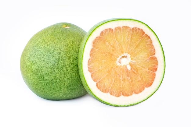 De pompelmoesfruit van thailand dat op witte achtergrond wordt geïsoleerd
