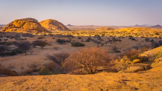 De pondoks in de buurt van de spitzkoppe-berg bij zonsondergang in namibië in afrika.