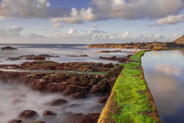 De poolmuur van el pris met groen mos, tacoronte, tenerife, canarische eilanden, spanje