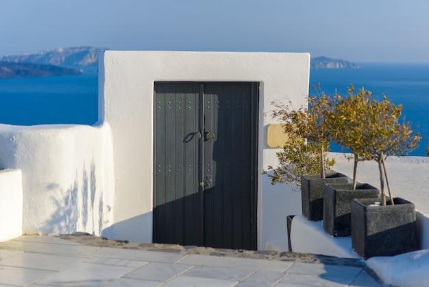 De poort die naar de zee leidt. genomen op het eiland santorini, het dorp oia
