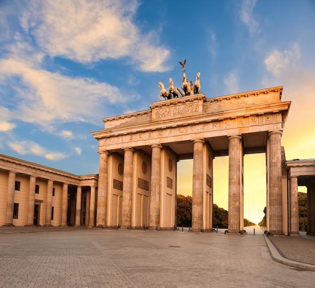 De poort van brandenburg in berlijn, duitsland bij zonsondergang