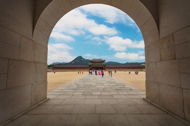De poort van het paleis van gyeongbokgung-paleis in seoel, zuid-korea