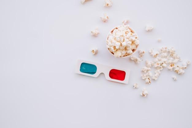 De popcorndoos van de bioskoop met 3d glazen