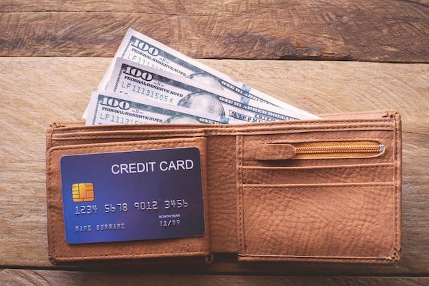 De portemonnee en de dollar en de creditcard zitten erin.