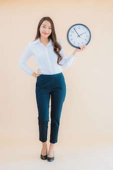De portret mooie jonge aziatische vrouw toont alarm of klok