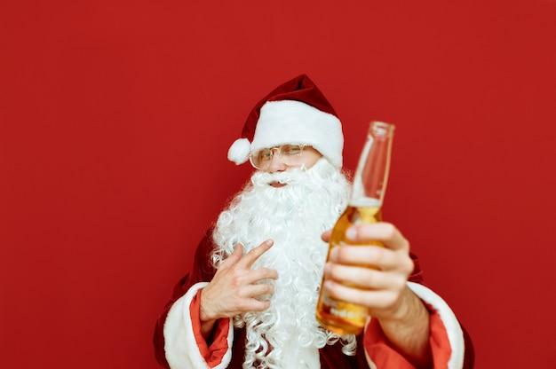 De portretmens kleedde zich als de holdingsfles bier van de kerstman