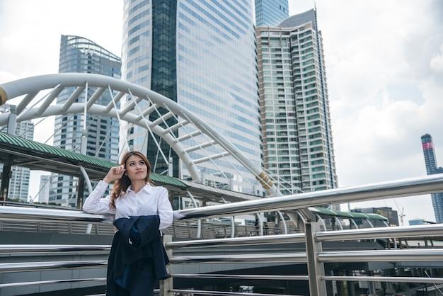 De portretten van mooie aziatische vrouw kijken vrolijk en het vertrouwen bevindt zich en voelt succes met het werk