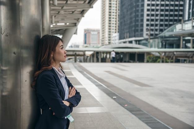 De portretten van mooie aziatische vrouw kijken vrolijk en het vertrouwen bevindt zich in openlucht