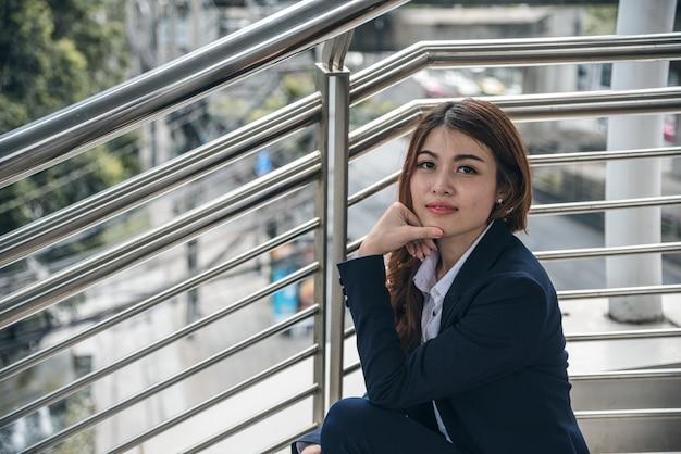 De portretten van mooie aziatische vrouw kijken vrolijk en het vertrouwen zit in openlucht