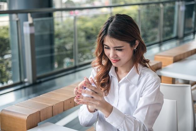 De portretten van mooie aziatische vrouw vernietigen financieel grafiekdocument en gevoel