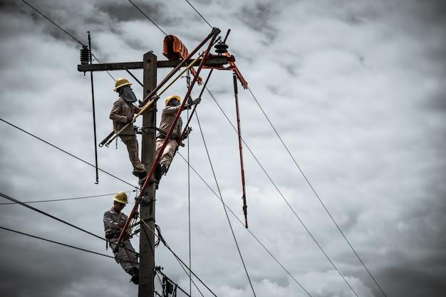 De power lineman vervangt de beschadigde isolator