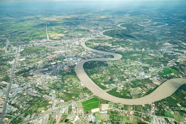 De prachtige curve river werd in de middag in het vliegtuig neergeschoten. het kan overal landbouw en vallei zien.
