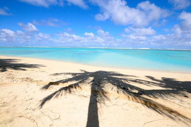 De prachtige kleuren van de lagune van aitutaki en rarotonga, afgelegen atollen stille oceaan, cookeilanden