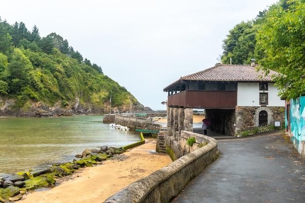 De prachtige kust van de gemeente ea bij lekeitio, golf van biskaje in cantabrië. baskenland