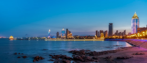 De prachtige kustlijn en het architecturale landschap van qingdao