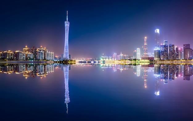 De prachtige nachtscène van de stad en de skyline