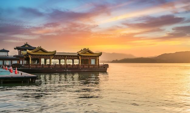 De prachtige natuurlijke omgeving en houten boten van hangzhou west lake