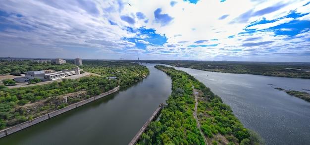 De prachtige rivier is omgeven door groene en frisse vegetatie in de stad