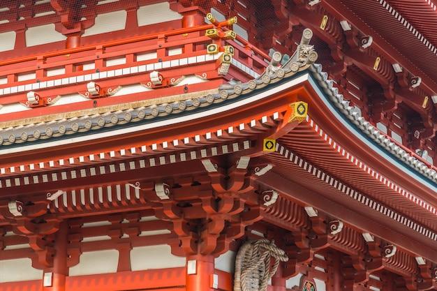 De prachtige sensoji-tempel met bouwwerk is de beroemde plaats voor een bezoek aan asakusa