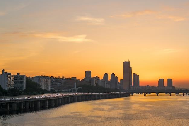 De prachtige zonsondergang van een rivierstad