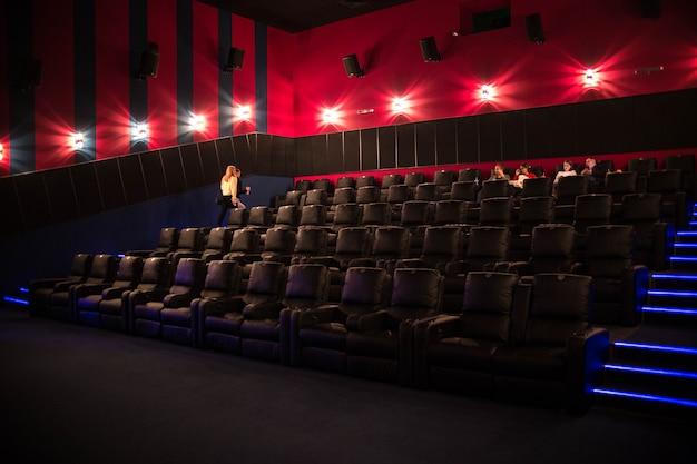 De première, mensen gaan naar de bioscoop. moderne bioscoop
