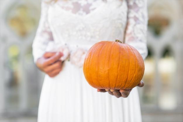 De prinsesholding van cinderella pompoen in haar handen. sprookje concept