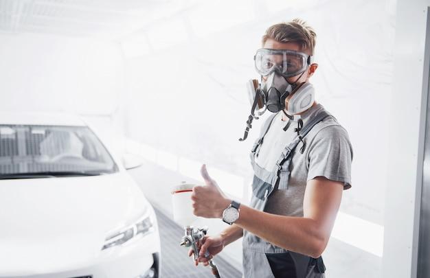 De procedure voor het schilderen van een auto in het servicecentrum.