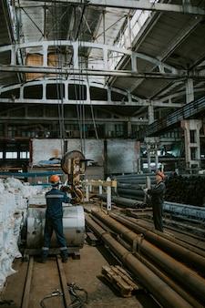 De productie van ventilatie en goten laden op een kraan