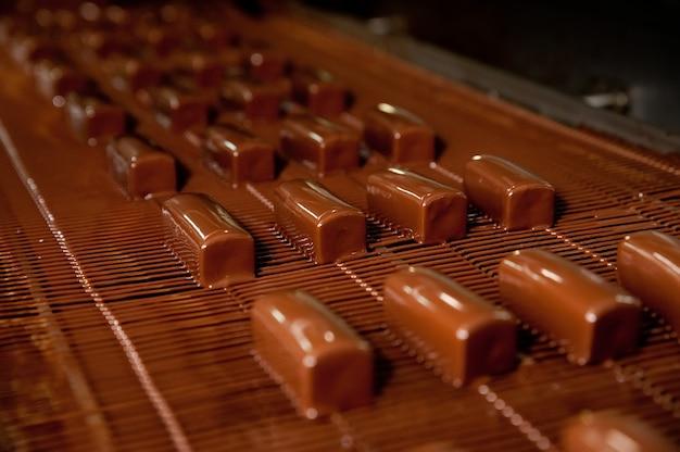 De productie van zoete kwark bedekt met chocolade